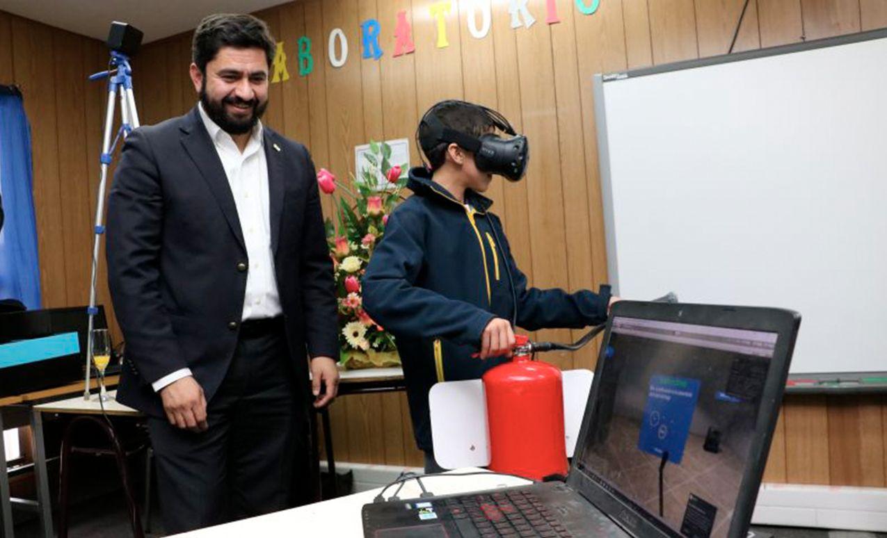 Alumnos de escuela Santa Clara practican con realidad virtual para prevenir riesgos